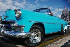 O carro do vintage em Havana, Cuba até à data dos povos cubanos do outubro 2011 obteve finalmente o direito de trocar em comprar  Foto de Stock Royalty Free