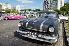 O carro do vintage em Havana, Cuba até à data dos povos cubanos do outubro 2011 obteve finalmente o direito de trocar em comprar  Imagens de Stock