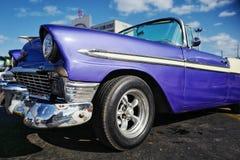 O carro do vintage em Havana, Cuba até à data dos povos cubanos do outubro 2011 obteve finalmente o direito de trocar em comprar  Fotografia de Stock