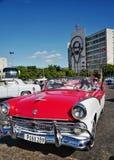O carro do vintage em Havana, Cuba até à data dos povos cubanos do outubro 2011 obteve finalmente o direito de trocar em comprar  Fotos de Stock Royalty Free