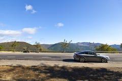 O carro dos esportes estacionou em uma estrada da montanha Imagens de Stock Royalty Free
