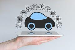 O carro driverless decondução autônomo conectou ao dispositivo móvel ilustração royalty free
