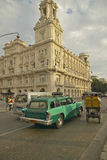O carro 1955 e a bicicleta de Buick de turquesa taxi conduzindo as ruas de Havana velho, Cuba foto de stock royalty free