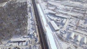 O carro e a carga aéreos da paisagem transportam mover sobre a estrada do inverno com o tráfego de carro nevado da floresta no za filme