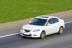 O carro em uma estrada Fotografia de Stock Royalty Free