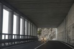 O carro está conduzindo em um túnel nas montanhas Imagens de Stock