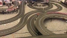 O carro está correndo no modelo da estrada vídeos de arquivo