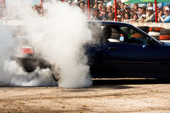 O carro está derivando na frente da multidão fotografia de stock royalty free