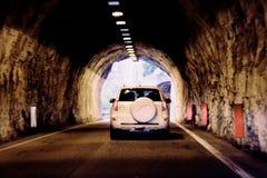 O carro está movendo-se rapidamente através do túnel borrado unsharply foto de stock