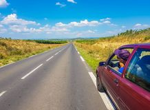 O carro está no lado da estrada com motorista foto de stock