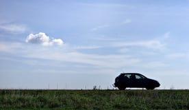 O carro estacionou em um campo foto de stock