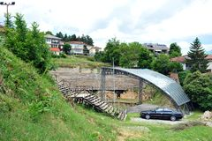 O carro estacionou fechado ao anfiteatro em Ohrid, Macedônia imagens de stock