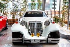 O carro exótico luxuoso é hotel próximo Fotografia de Stock