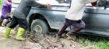 O carro furou na lama Imagens de Stock