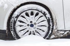 O carro furou na neve foto de stock