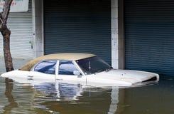 O carro inundou durante uma inundação em Banguecoque, Tailândia imagem de stock royalty free