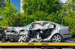 O carro luxuoso deixado de funcionar estacionou em um caminhão de reboque. Fotografia de Stock Royalty Free