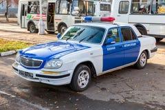 O carro militar da polícia de trânsito estacionou na rua da cidade no Samara, Imagens de Stock