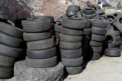 O carro monta pneus empilhado reciclando o preto usado velho da borracha do ambiente composto imagens de stock royalty free