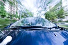 O carro move-se na grande velocidade no dia ensolarado. foto de stock