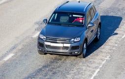 O carro move-se na rua da cidade Imagens de Stock