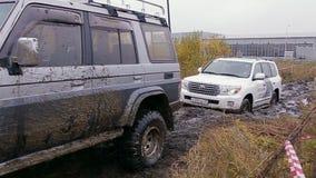 O carro move-se na trilha suja da reunião vídeos de arquivo
