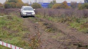 O carro move-se na trilha suja da reunião
