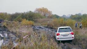O carro move-se na trilha suja da reunião filme