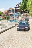 O carro na terraplenagem de pedra pavimentada no Nessebar velho, Bulgária Imagens de Stock Royalty Free