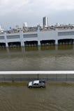 O carro no estacionamento da inundação Imagens de Stock Royalty Free