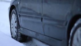O carro obtém colado na neve filme