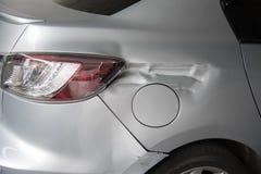 O carro obtém danificado acidentalmente na estrada Imagem de Stock