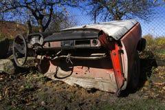 O carro oxidado do vintage cortou ao meio em um dia ensolarado no outono Imagem de Stock Royalty Free
