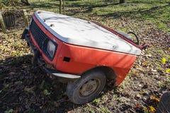 O carro oxidado do vintage cortou ao meio em um dia ensolarado no outono Imagens de Stock