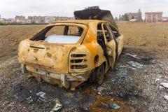 O carro para fora queimado despejou pelo lado da estrada Fotografia de Stock