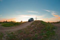 O carro pequeno supera um obstáculo grande Fotografia de Stock Royalty Free