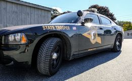 O carro policial da polícia estadual visto estacionou acima em uma cidade dos E.U. imagem de stock