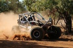 O carro preto que retrocede acima a poeira durante a velocidade cronometrou o evento experimental dos comp(s) Imagens de Stock