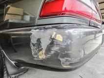 O carro preto ? riscado e danificado ap?s o acidente de tr?nsito foto de stock
