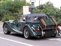 O carro retro Morgan convertível está em um sinal em Mônaco Aventura retro europa Região mediterrânea monaco Foto de Stock
