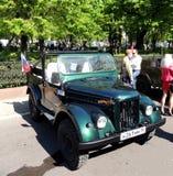 O carro retro 1950-70s do jipe soviético UAZ-69 (GAZ-69) enche sem Foto de Stock Royalty Free