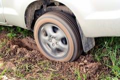 O carro roda dentro a lama Imagens de Stock