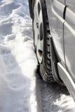 O carro roda dentro a neve foto de stock
