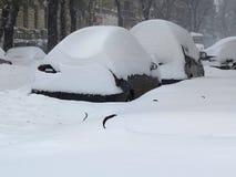 O carro sob a neve, catástrofes naturais inverno, blizzard, nevadas fortes paralizou a cidade, colapso Coberto de neve o ciclone  Fotografia de Stock