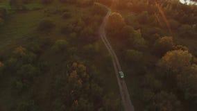 O carro vai em um campo fora da estrada vídeos de arquivo