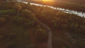 O carro vai em um campo fora da estrada no por do sol filme