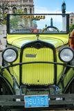 O carro velho com número na rua de Cuba Imagens de Stock Royalty Free
