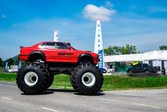 O carro vermelho 4x4 bigfoot de BMW estacionou na estrada asfaltada no campeonato do mundo Tailândia 2017 da raça 1 do ar na base Imagem de Stock