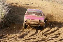 O carro vermelho em competir a estrada arenosa Foto de Stock Royalty Free