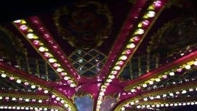 O carrossel no parque de diversões na feira de divertimento alegre vai círculo vídeos de arquivo